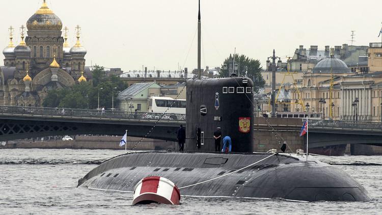 Putin exhibe la fuerza naval de Rusia con un gran desfile