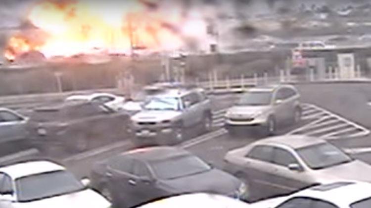 VIDEO IMPACTANTE: El momento exacto de la caída de una avioneta sobre una carretera en California