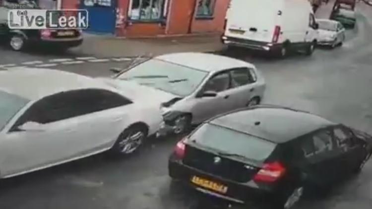 Un coche embiste a otro y sus ¿nueve? ocupantes organizan una salida cómica