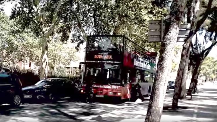 """""""El turismo mata los barrios"""": Encapuchados asaltan un bus turístico en Barcelona (VIDEO)"""
