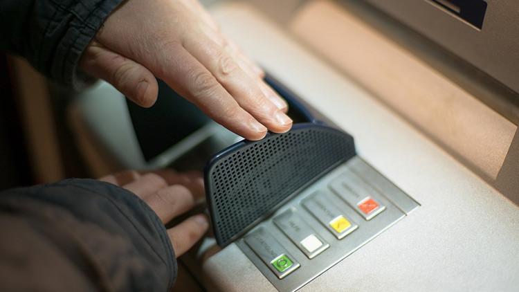 España: Una empleada de banco vive a todo lujo tras robarle 1,5 millones de dólares a un cliente