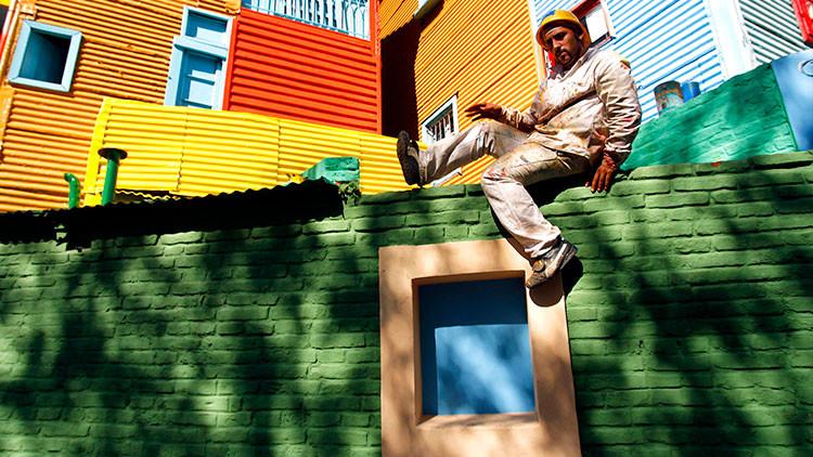 1b89af90cd Un obrero encaramado a un muro en el barrio de La Boca de Buenos Aires