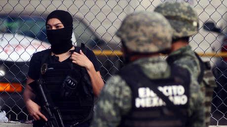 Un oficial de la Policía y dos miembros del Ejército mexicano.