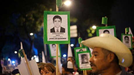 Familiares exigen justicia para los 43 estudiantes desaparecidos de la escuela Normal Rural Raúl Isidro Burgos en Ciudad de México, México, 6 de mayo de 2017.