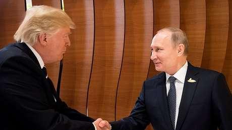 Los presidentes de Rusia y EE.UU. saludan durante el encuentro del G20 en Hamburgo, Alemania. 7 de julio de 2017.
