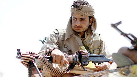 Un hombre armado leal a los hutíes durante una protesta en la capital de Yemen, Saná, el 25 de agosto de 2016.