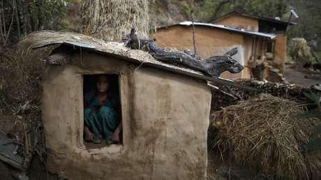Una joven participa del tradicional ritual del chaupadi en Nepal occidental.