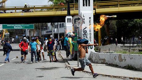 Un manifestante arroja un cóctel molotov durante una protesta contra el gobierno del presidente de Venezuela, Nicolás Maduro, en Caracas, Venezuela, 10 de julio de 2017.