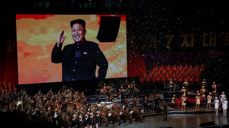 Imagen del líder norcoreano, Kim Jong-un, aparece durante evento del Partido de los Trabajadores en Pionyang, 11 de mayo de 2016.