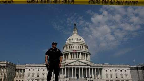 Un policía custodia la entrada al Capitolio en Washington, EE.UU. 14 de junio de 2017.