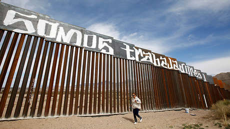 Tramo de valla fronteriza entre EE.UU. y México pintada por un grupo de activistas en señal de protesta contra la reforma de inmigración del presidente norteamericano, Donald Trump, en Ciudad Juárez, México, el 26 de febrero de 2017.