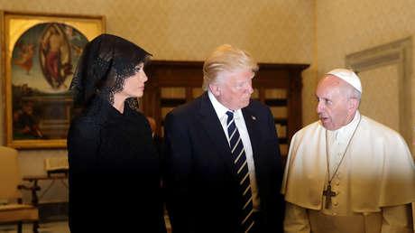 Papa Francisco habla con el mandatario estadounidense, Donald Trump, y su esposa durante una audiencia privada en el Vaticano, 24 de mayo de 2017.