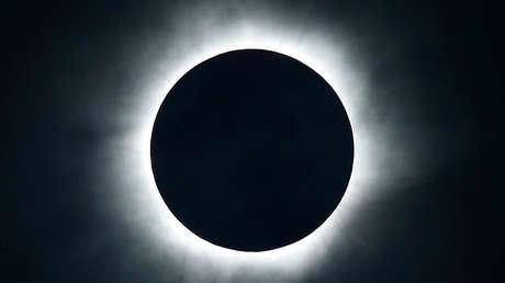 Un eclipse solar visto en la playa de la isla de Ternate, Indonesia, el 9 de marzo de 2016.
