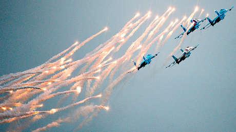 El grupo de pilotaje aéreo Sókoli Rossii participa en un espectáculo utilizando Su-27 durante el salón MAKS 2013.