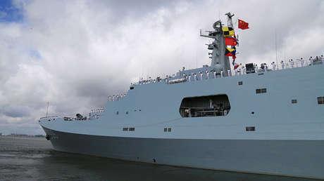 Militares chinos saludando desde un buque que zarpa hacia Yibuti