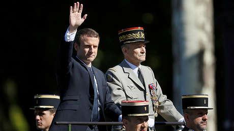El presidente francés, Emmanuel Macron, y el jefe del Estado Mayor del Ejército francés, Pierre de Villiers, durante el desfile del Día de la Bastilla