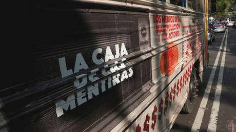 Uno de los mensajes escritos en el lateral del autobús conocido como el 'Corruptour', durante un recorrido que muestra los edificios y sitios involucrados en presuntos casos de corrupción en la Ciudad de México, México, 5 de febrero, 2017.