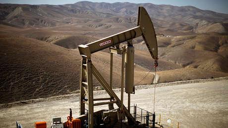 Una unidad de bombeo de crudo en California, Estados Unidos.