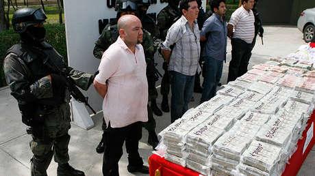 Soldados escoltan a cuatro detenidos para su presentación ante los medios de comunicación en una zona militar en las afueras de Monterrey, al norte de México, el 22 de septiembre de 2009.
