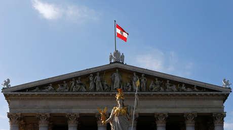 Bandera austriaca ondea sobre el Parlamento de Austria en Viena, el 28 de septiembre de 2013.