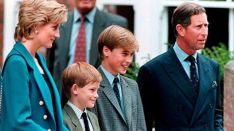 El príncipe y la princesa de Gales con sus hijos, los príncipes Guillermo y Enrique.