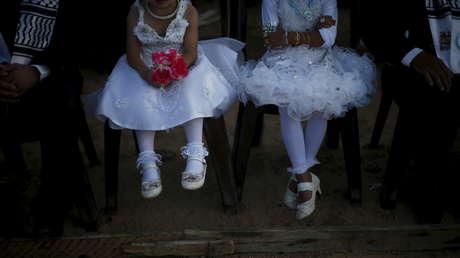 Niñas en una boda en masa celebrada para 150 parejas en Beit Lahia, en el norte de la Franja de Gaza, el 20 de julio de 2015.