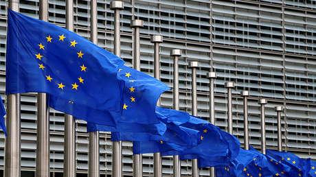 Banderas de la UE en la sede de la Comisión Europea en Bruselas, a media asta en honor de las víctimas del ataque de Manchester del 23 de mayo de 2017.