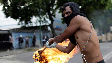 Un opositor protesta contra el Gobierno de Nicolás Maduro en Venezuela, el 22 de julio de 2017