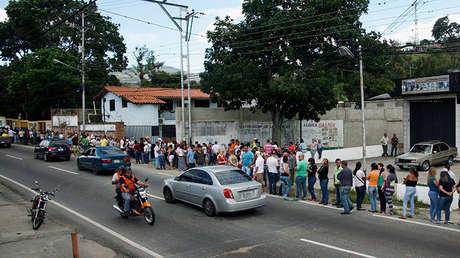 Personas en fila aguardan ante una mesa de votación durante las elecciones legislativas, en Rubio, estado de Táchira, Venezuela 6 de diciembre de 2015.