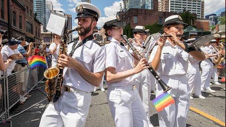 Miembros de una banda naval canadiense se presentan durante el desfile del Orgullo de Toronto 2016.