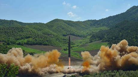 El misil balístico norcoreano Hwasong-14 durante su lanzamiento el 4 de julio de 2017.