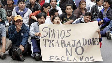 Bolivianos residentes en Argentina portal un cartel mientras bloquean una avenida en el barrio de Flores en Buenos Aires, Argentina, el 5 de abril de 2006.