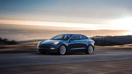 Un coche electrónico Tesla Model 3 en una imagen promocional