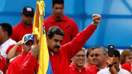El presidente venezolano, Nicolás Maduro, levanta el brazo durante el acto de cierre de campaña para las elecciones de la Asamblea Constituyente en Caracas, Venezuela. 27 de julio de 2017.