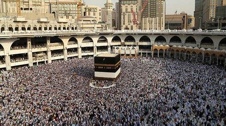 Peregrinos musulmanes rodean la Kaaba en la Gran Mezquita de La Meca, en Arabia Saudita.