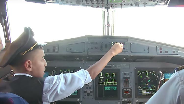 Los pilotos de un vuelo en Argelia ceden el mando del avión a un niño