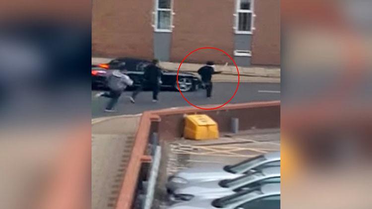 """""""¡Os cortaré en pedazos!"""": la Policía británica persigue a un hombre armado con un machete (video)"""