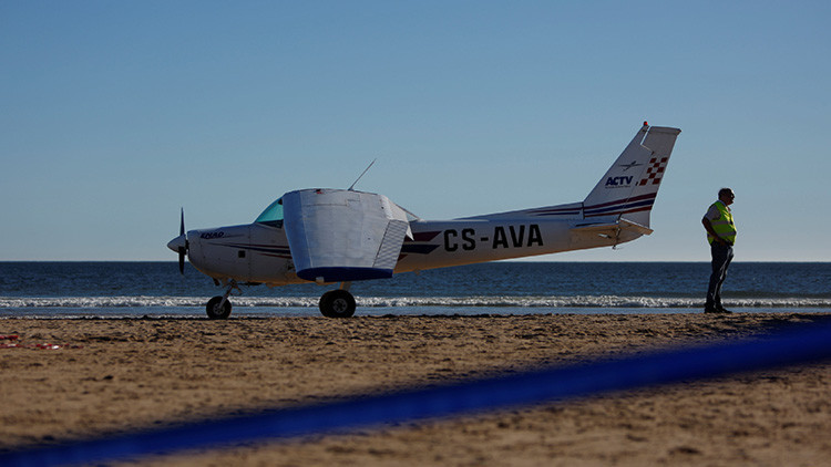 Mueren dos bañistas luego de que una avioneta aterrizara de emergencia en una playa de Portugal