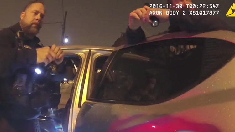 VIDEO: Policías de EE.UU. 'plantan' drogas en un coche para incriminar a una persona