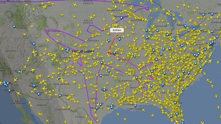 Un Boeing Dreamliner se dibuja a sí mismo en el cielo de EE.UU.
