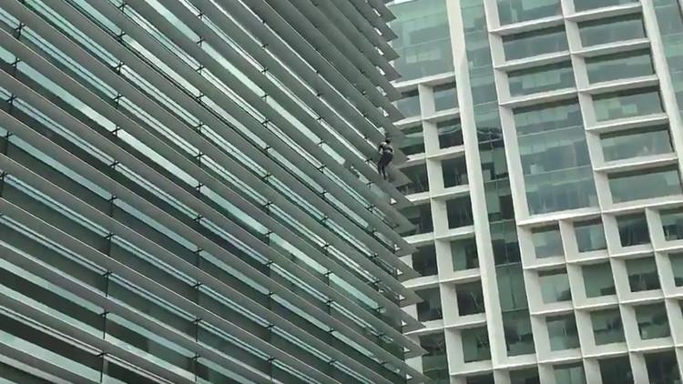 'Hombre araña' fue captado en video y capturado por autoridades tras escalar un edificio en México