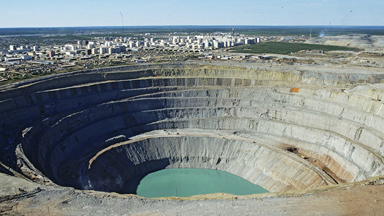 Evacúan a más de 150 personas tras inundación de una mina de diamantes en Rusia