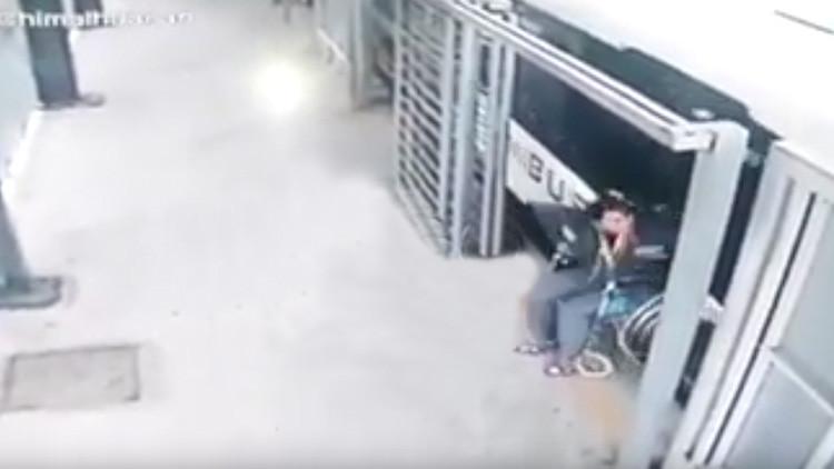 """""""¡Milagro!"""": Mujer en silla de ruedas casi es arrollada por un bus, y comienza a caminar (VIDEO)"""