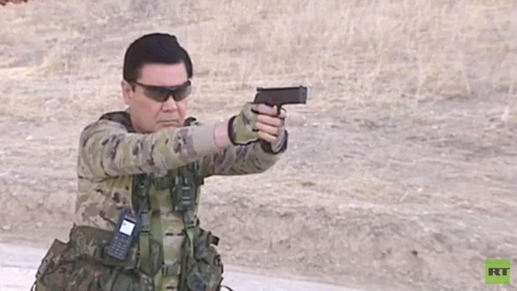 Video: El presidente de Turkmenistán da clases de tiro y de lanzamiento de cuchillos