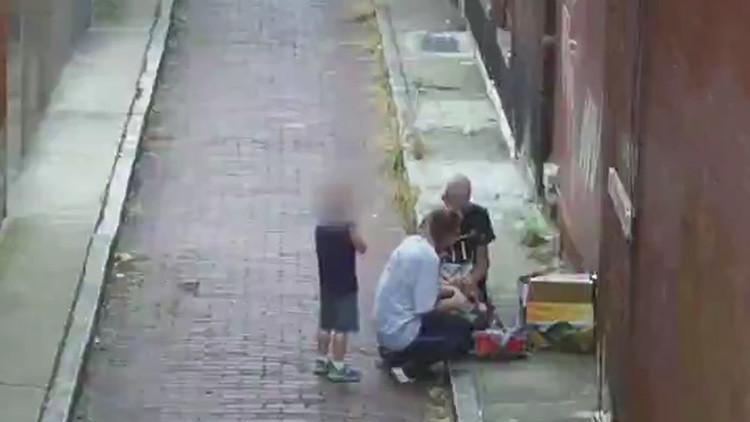 Una mujer se droga delante de su hijo de cuatro años (FUERTE VIDEO 18+)