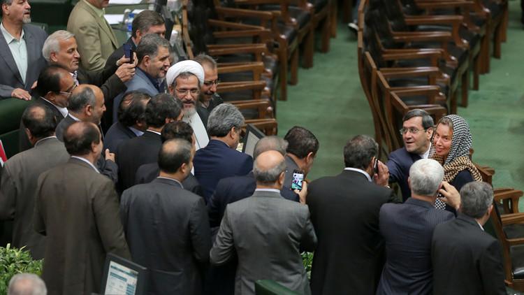 """FOTOS: La Red explota por """"humillantes selfies"""" de parlamentarios iraníes con Federica Mogherini"""