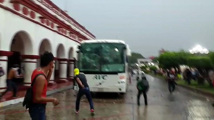 México: Manifestantes golpean y retienen a siete policías durante una protesta contra Peña Nieto