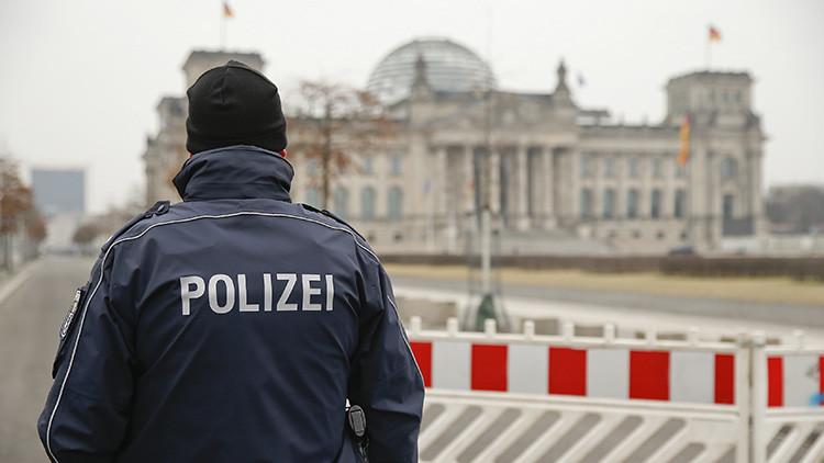 Detienen en Alemania a dos turistas chinos por hacer el saludo nazi