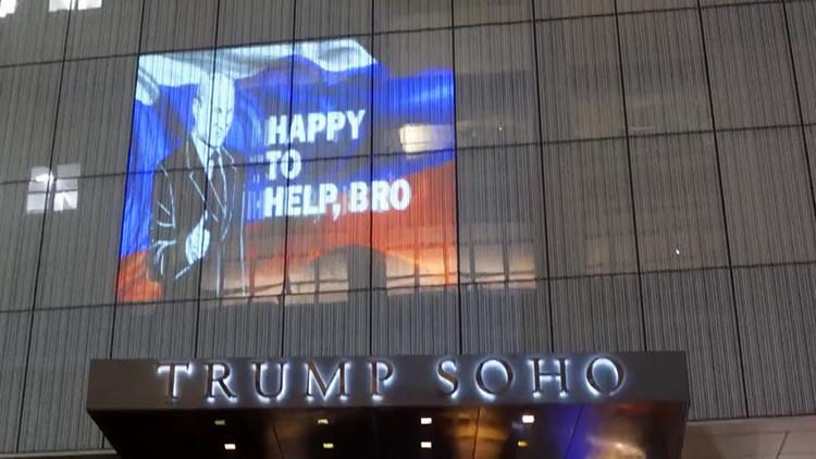 """""""¡Feliz de ayudarte, hermano!"""": Proyectan una imagen de Putin en un hotel de Trump en Nueva York"""