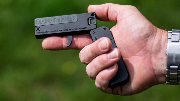 Estilo James Bond: La 'tarjeta de crédito' que dispara balas de verdad (VIDEO)